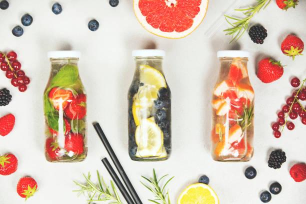 detox parfumé d'eau aromatisée aux fruits - infusion pamplemousse photos et images de collection