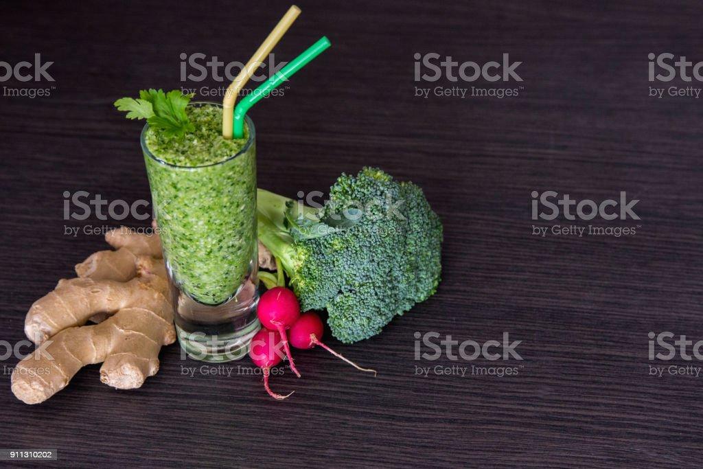 Detox jus vert nettoyage recette aux épinards de concombre aussi kiwi citron - Photo