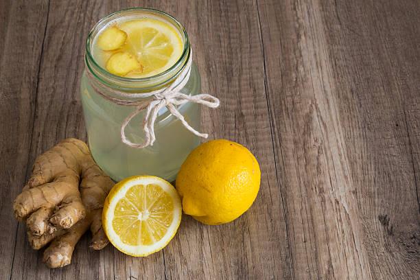 detox limonen und ingwer drink in einem gefäß - glaswaschtisch stock-fotos und bilder