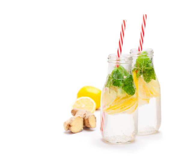 detox bio ingwer und zitrone trinken - ingwerwasser zubereiten stock-fotos und bilder