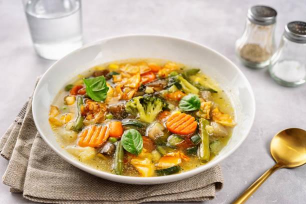 detox vegan groentesoep op lichte achtergrond - groentesoep stockfoto's en -beelden