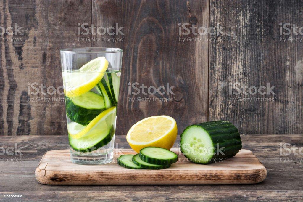 Eau de désintoxication au concombre et citron photo libre de droits