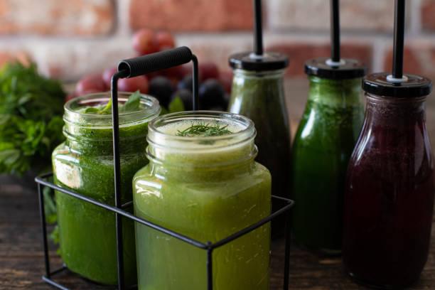 détox avec jus de légumes frais et jus de fruits sains. - cold pressed photos et images de collection