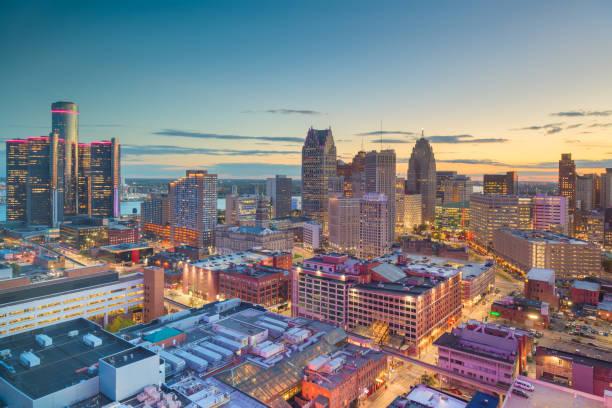 centrum skyline van detroit, michigan, usa in de schemering - michigan stockfoto's en -beelden