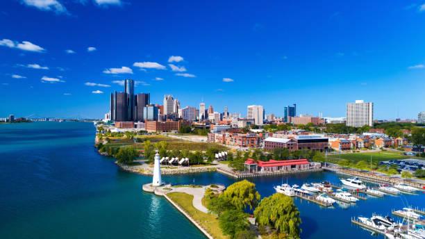 detroit skyline luchtfoto met vuurtoren, marina, en rivier - michigan stockfoto's en -beelden