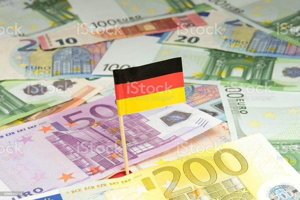 Deutsche Nationalfahne und Euro Geld – Foto
