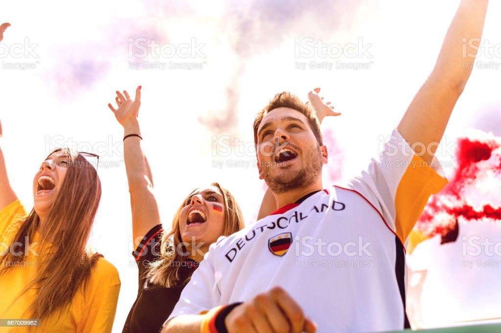 Partidarios de Deutschland en el estadio durante una liga de fútbol - foto de stock