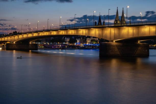 Deutzer Brücke in Köln am Rhein bei Sonnenuntergang – Foto