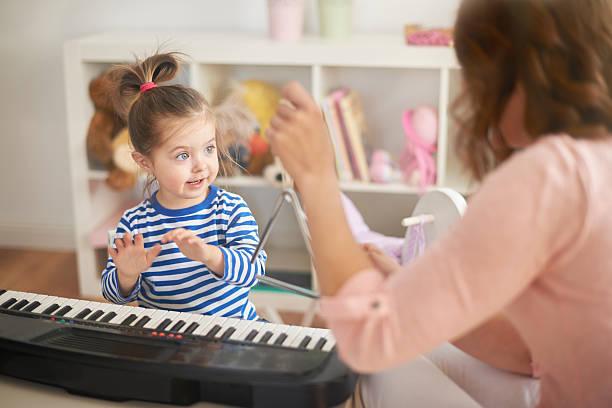 entwicklung hobby ihr kind - lautbildungsspiele stock-fotos und bilder