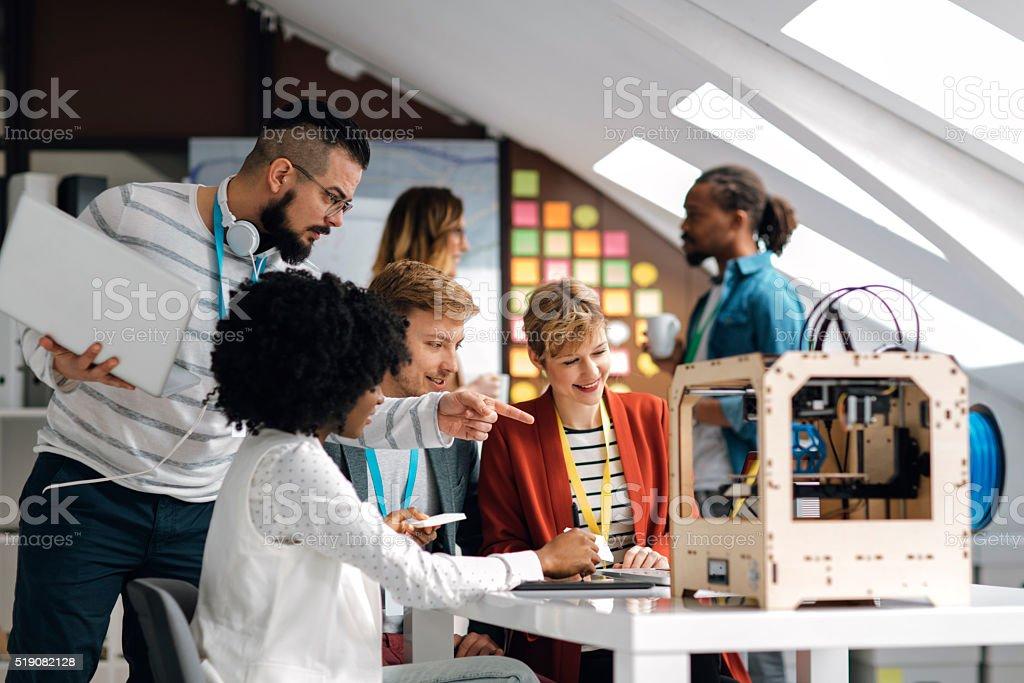 Incorporador equipe de ideias de impressoras 3D em seu escritório. - foto de acervo