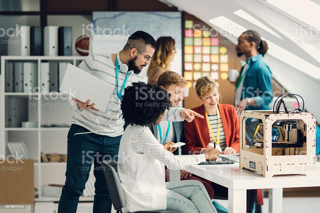 Entwickelt Teams Brainstorming von 3D-Druckern. – Foto