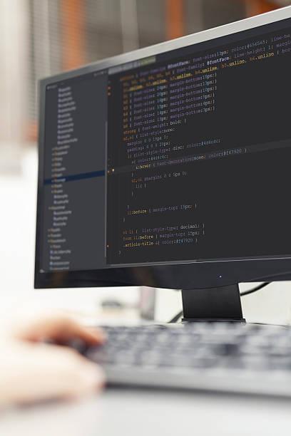 Entwickler Arbeiten auf ganzer Linie Quellcodes auf computer im Büro. – Foto