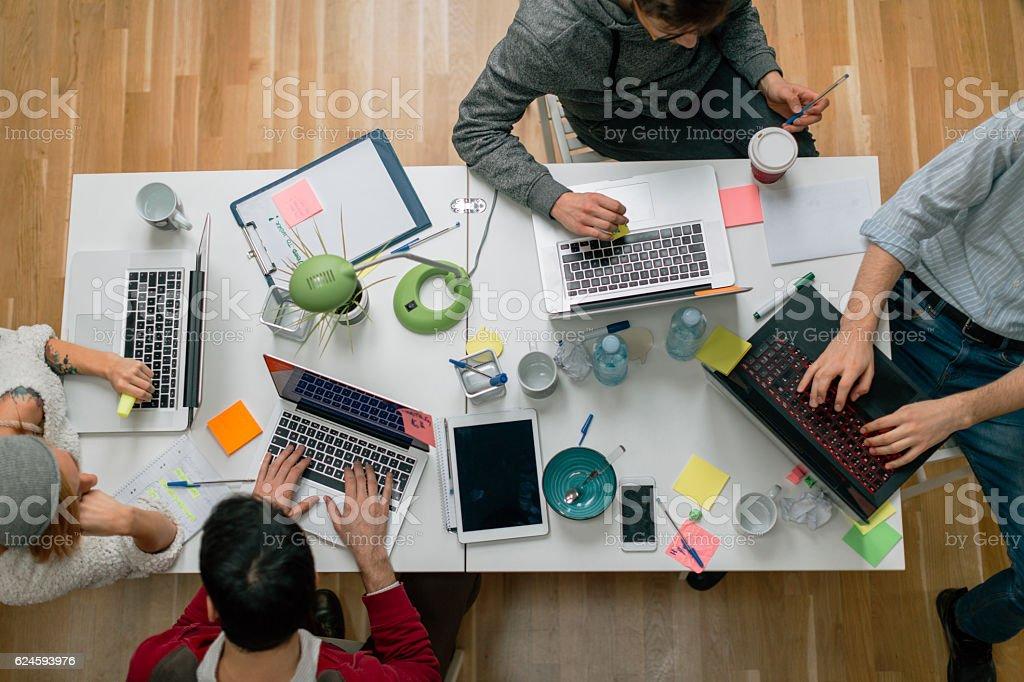 Entwickler, die Arbeiten In Ihrem Büro. – Foto