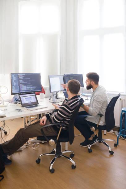 Entwickler arbeiten zusammen im Büro – Foto