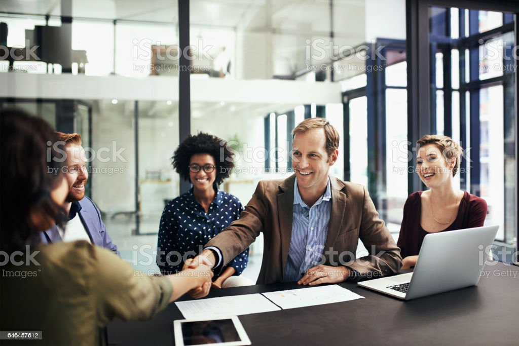 Developing business interests by striking up a deal - foto stock