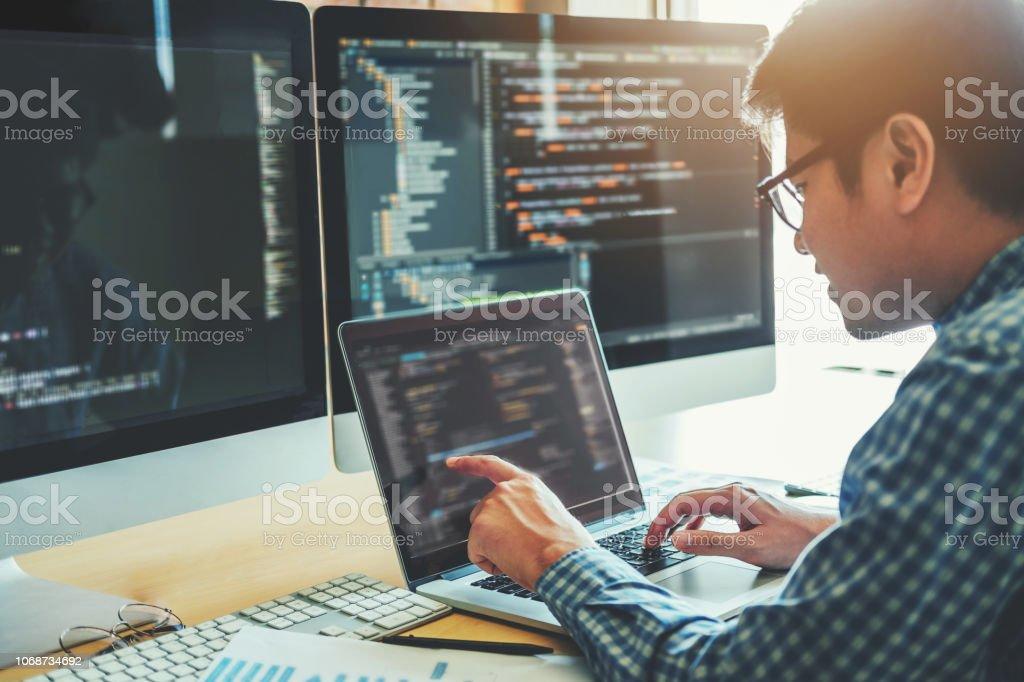 Entwicklung von Programmierer-Entwicklung-Website-Design und Codierung Technologien in Software Firma Büro arbeiten – Foto