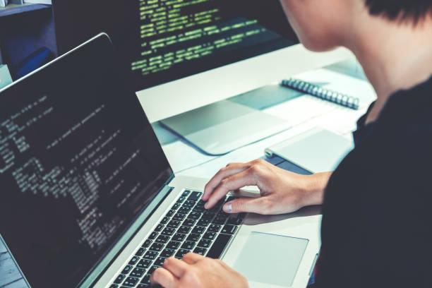 entwicklung von programmierer-entwicklung-website-design und codierung technologien in software firma büro arbeiten - html stock-fotos und bilder