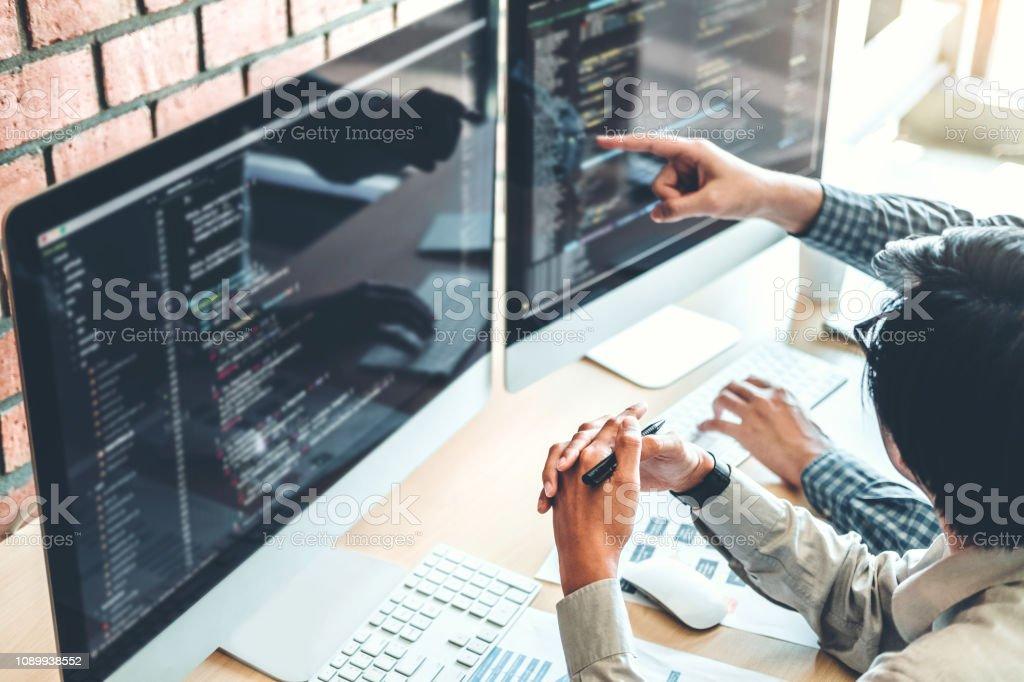 Entwicklung von Programmierer-Team-Entwicklung-Website-Design und Codierung Technologien in Software Firma Büro arbeiten - Lizenzfrei Analysieren Stock-Foto