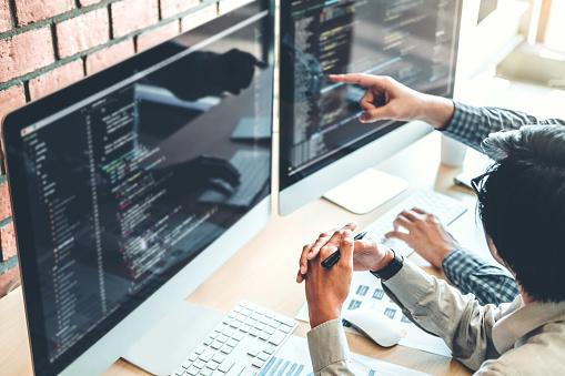 Entwicklung Von Programmiererteamentwicklungwebsitedesign Und Codierung Technologien In Software Firma Büro Arbeiten Stockfoto und mehr Bilder von Analysieren