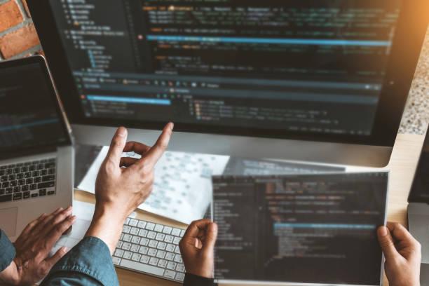 entwicklung von team development website design- und codierungstechnologien für programmierer, die im büro von software-unternehmen arbeiten - html stock-fotos und bilder