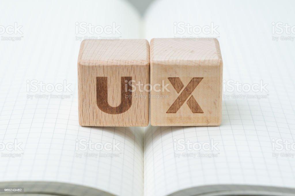 Desarrollo de UX, concepto de diseño de experiencia de usuario, el bloque de madera cubo con alfabeto usted y X nota de línea de cuadrícula del libro, usuario centrada en servicios, productos y negocios del mundo moderno - foto de stock