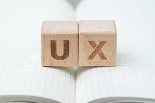 desarrollo de ux, concepto de diseño de experiencia de usuario, el bloque de madera cubo con alfabeto usted y x nota de línea de cuadrícula del libro, usuario centrada en servicios, productos y negocios del mundo moderno - interfaz gráfica de usuario fotografías e imágenes de stock