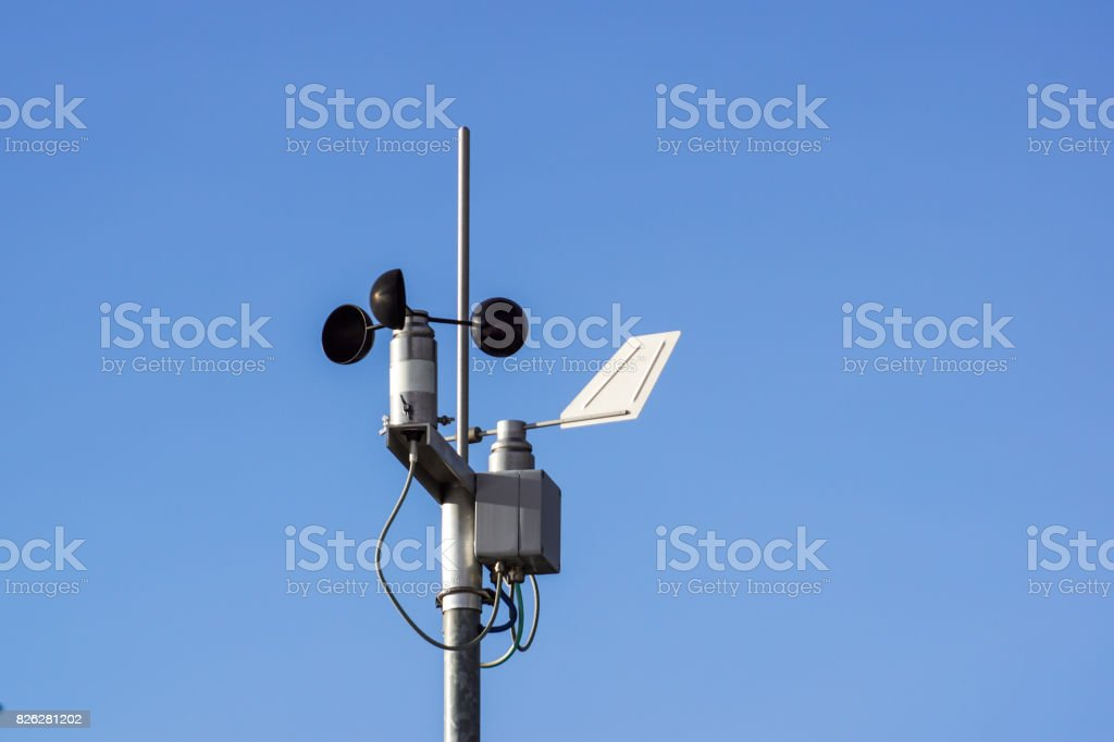 Devices meteorological station on the blue background of the sky - foto stock