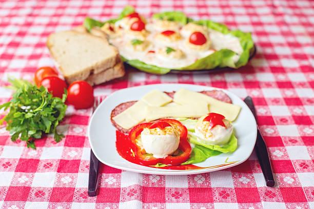 gefüllte eier vorspeise mit käse und salami - kochen mit oliver stock-fotos und bilder