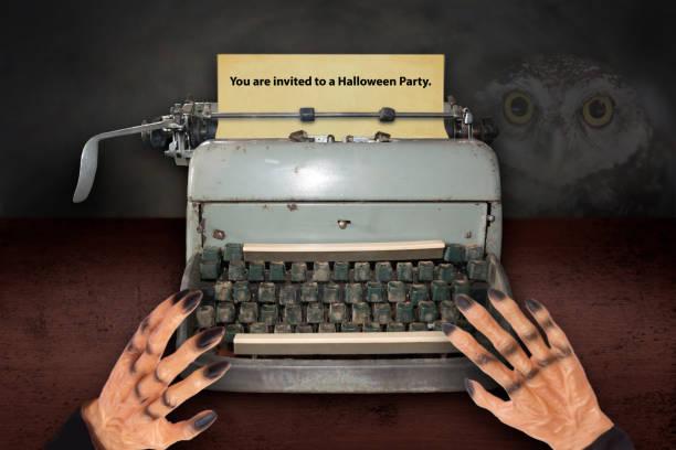 des teufels hand einladungen für halloween mit alten schreibmaschine zu tippen. - halloween party einladungen stock-fotos und bilder