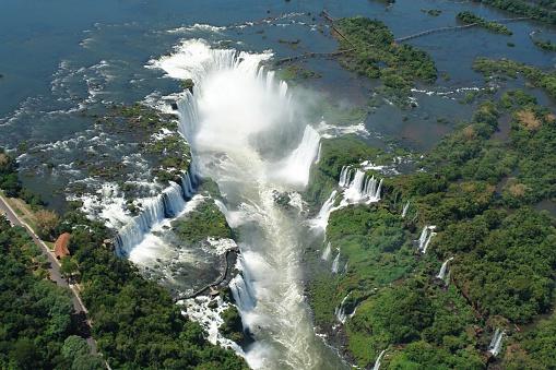 A Foz do Iguaçu, que separa o Brasil da Argentina, é a terceira em volume de queda de água do mundo e a correnteza do Rio Iguaçu, após a precipitação das cataratas na foz, é também uma das mais fortes do mundo.