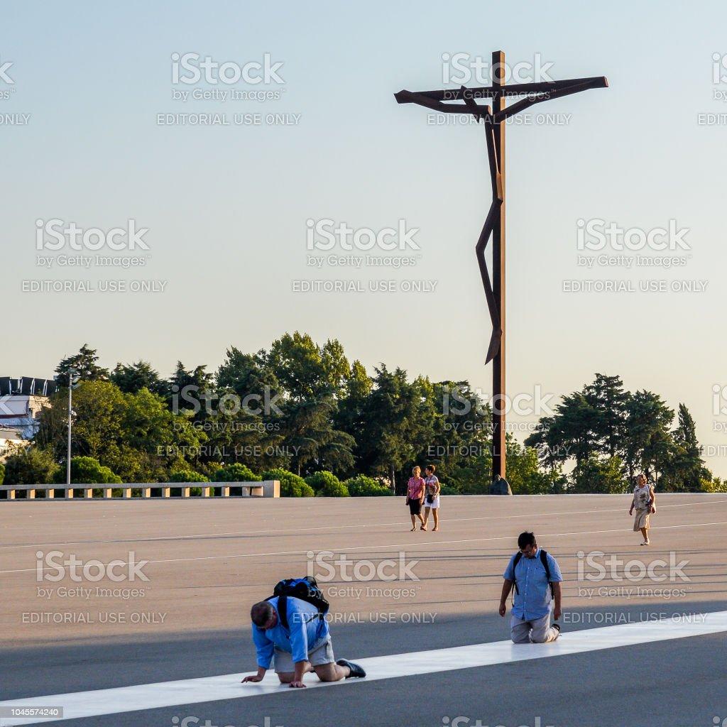 Dedicado a peregrinos no santuário de Fátima, que também é referido como a Basílica de nossa senhora de Fátima, Portugal - foto de acervo