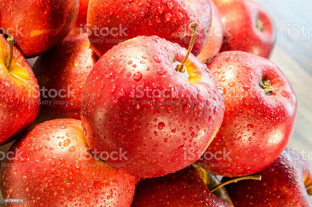 Tautropfen aufwecken am roten Äpfeln – Foto