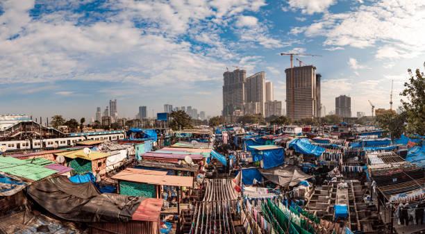 Dhobi Ghat (Mahalaxmi Dhobi Ghat) war ein Waschsalon unter freiem Himmel (lavoir) in Mumbai, Indien. Die Unterlegscheiben, bekannt als Dhobis, arbeiten im Freien, um Kleidung und Bettwäsche aus Mumbais Hotels und Krankenhäusern zu reinigen. – Foto