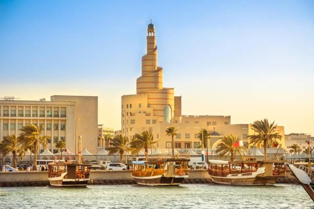 dhow harbor et la mosquée de doha - qatar photos et images de collection