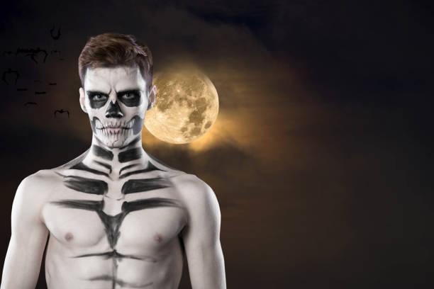 dia de los muerto kostüm - tag der toten ist ein mexikanischer feiertag. hier ist ein mann mit totenkopf. halloween - coole halloween kostüme stock-fotos und bilder
