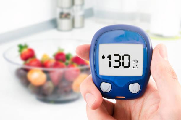 diabetes tun glucose level-test. früchte im hintergrund - grape sugar stock-fotos und bilder