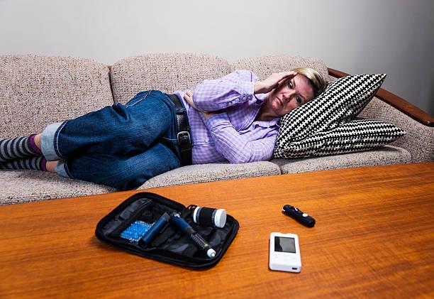 diabetische person erleben hypoglycaemia oder zucker unfall. - hypoglykämie stock-fotos und bilder