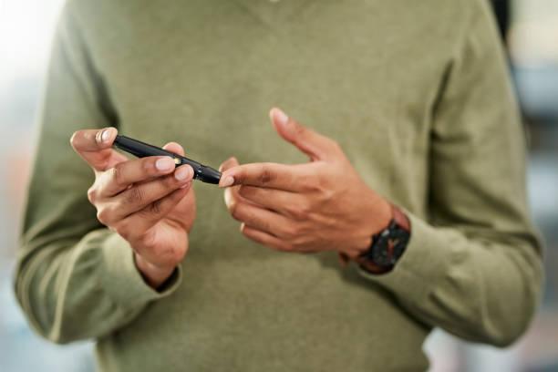 당뇨병 환자는 항상 그들의 포도 당 수준에 가까운 눈을 보관 - diabetes 뉴스 사진 이미지
