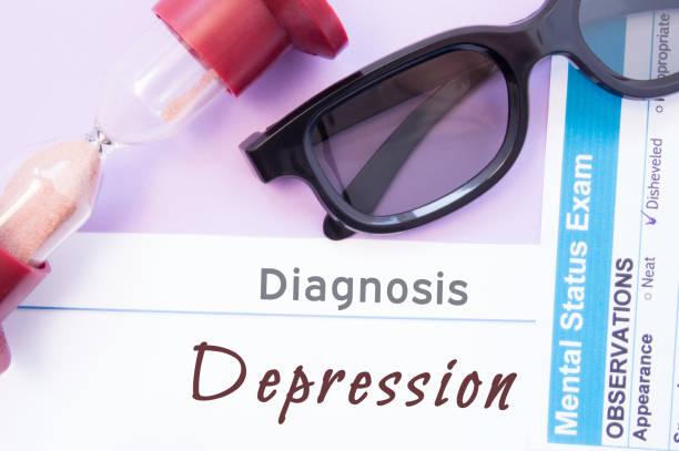 diagnose einer depression. sanduhr, arzt gläser, geistesstatus prüfung sind in der nähe inschrift depression. ursachen, symptome, diagnose und behandlung dieser psychischen erkrankung - arzt zitate stock-fotos und bilder