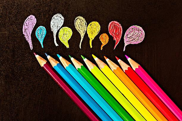 Diagonal ligne de crayons de couleur crayon dessin sur surface noire design - Photo