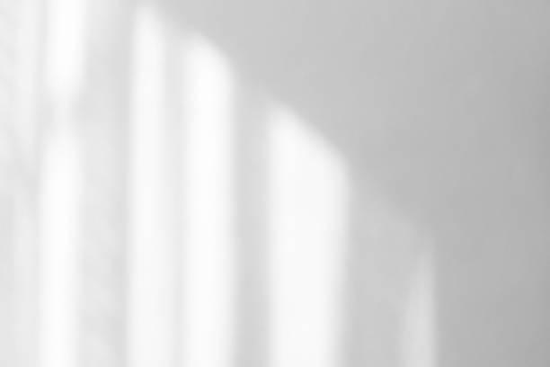 ukośny cień na białej ścianie - okno zdjęcia i obrazy z banku zdjęć