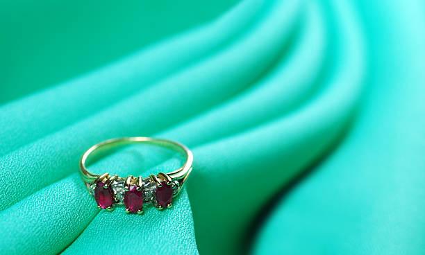 diamond und ruby ring - verlobungsring 3 steine stock-fotos und bilder