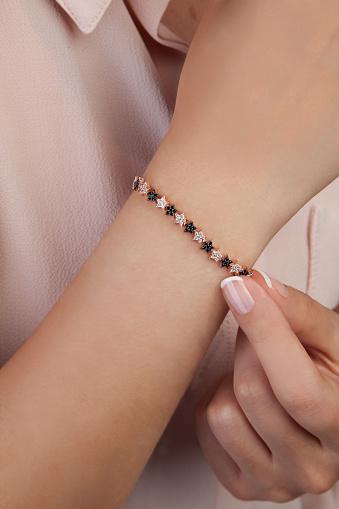 여성을 위한 다이아몬드 팔찌 개인 장식품에 대한 스톡 사진 및 기타 이미지