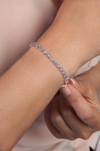 모델에 다이아몬드 팔찌 보석 사진 개인 장식품에 대한 스톡 사진 및 기타 이미지