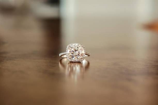 diamantverlobungsring halo hochzeit - tischdeko goldene hochzeit stock-fotos und bilder