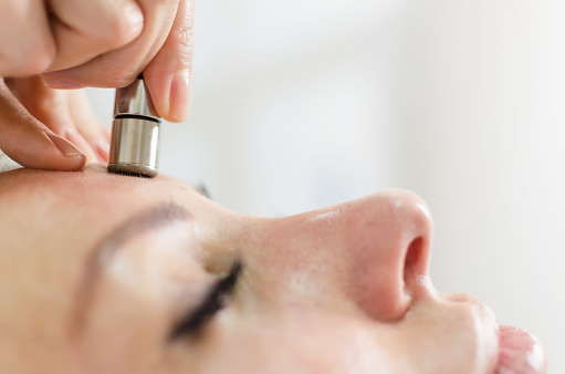 istock Diamond microdermabrasion skin face therapy in beauty spa 891441644