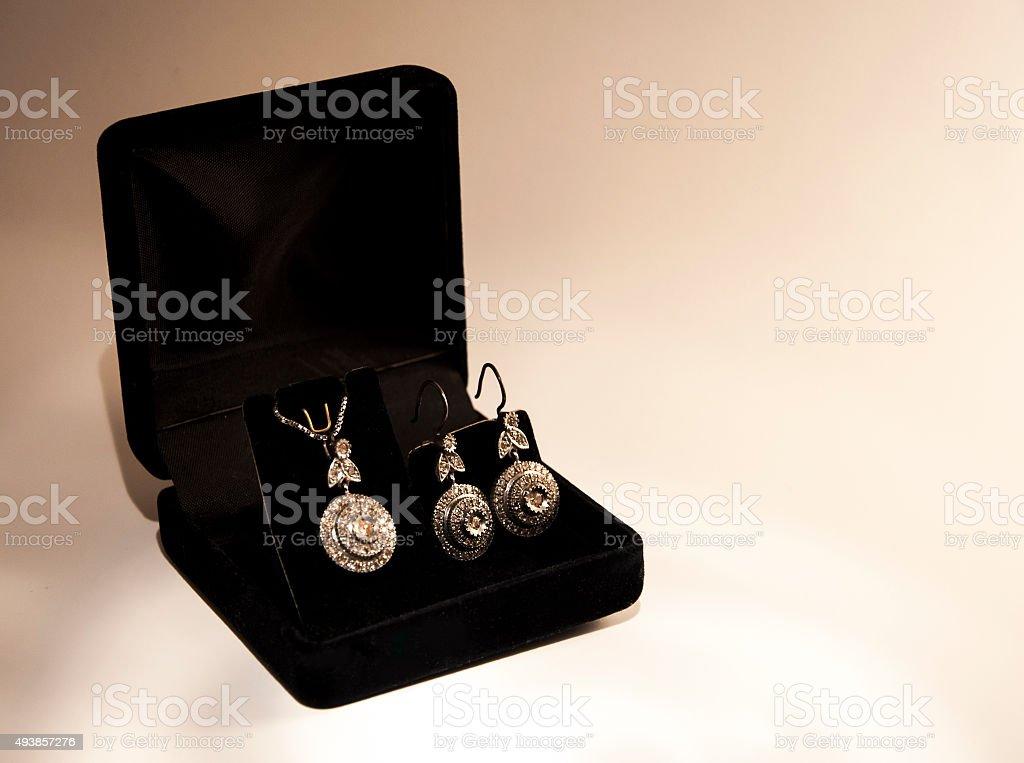 Colar de diamantes e brinco com caixa preta - foto de acervo