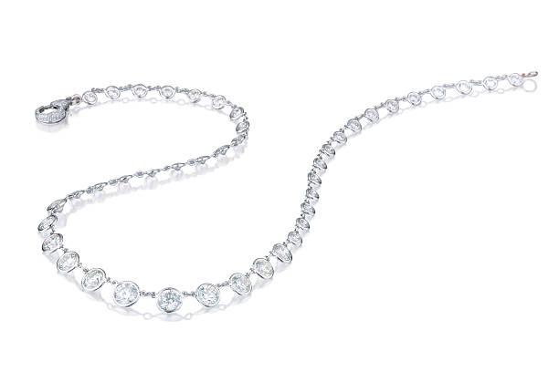 колье с бриллиантами на белом фоне - ожерелье стоковые фото и изображения