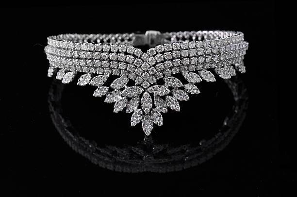 колье с бриллиантами - ожерелье стоковые фото и изображения