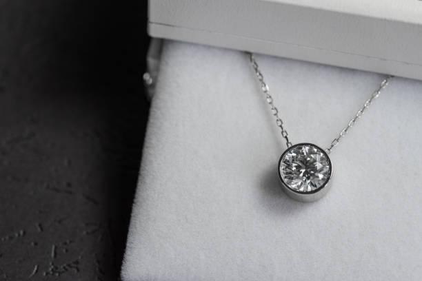 diamant anhänger weißgold - halskette weißgold stock-fotos und bilder